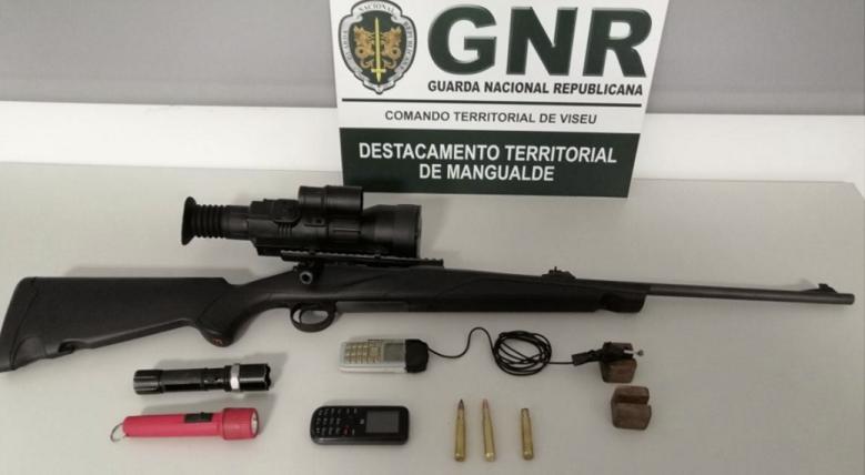 Dois homens, de 33 e 68 anos, foram detidos em flagrante pela GNR